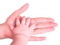 Mano del bambino della holding della mano della madre fotografia stock libera da diritti