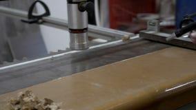 Mano del banco de limpieza caucásico del carpintero por el compresor de aire almacen de video