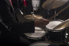 Mano del batería en la iluminación oscura Fotografía de archivo libre de regalías