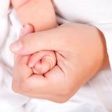 Mano del bebé en mano adulta Imágenes de archivo libres de regalías