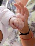 Mano del bebé que sostiene suavemente el finger adulto del ` s Fotos de archivo libres de regalías