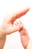 Mano del bebé que sostiene suavemente el finger del adulto Fotos de archivo libres de regalías