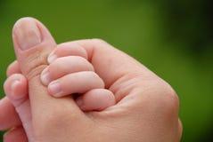 Mano del bebé y de la madre Imágenes de archivo libres de regalías