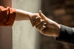 Mano del bebé y la mano adulta Imagenes de archivo