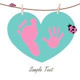 Mano del bebé y pies de impresiones con la tarjeta del corazón y de la mariquita Imagen de archivo libre de regalías