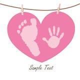 Mano del bebé y pies de impresiones con la tarjeta de felicitación del corazón Fotografía de archivo
