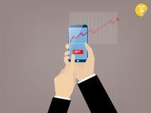 Mano del bottone commovente dell'affare dell'uomo di affari dell'applicazione mobile di commercio di riserva Fotografia Stock Libera da Diritti