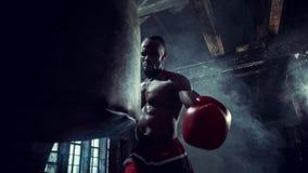 Mano del boxeador sobre fondo negro Concepto de la fuerza, del ataque y del movimiento foto de archivo libre de regalías