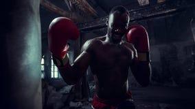 Mano del boxeador sobre fondo negro Concepto de la fuerza, del ataque y del movimiento imagenes de archivo