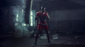 Mano del boxeador sobre fondo negro Concepto de la fuerza, del ataque y del movimiento imagen de archivo libre de regalías