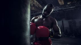 Mano del boxeador sobre fondo negro Concepto de la fuerza, del ataque y del movimiento fotos de archivo
