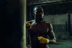Mano del boxeador sobre fondo negro Concepto de la fuerza, del ataque y del movimiento fotografía de archivo