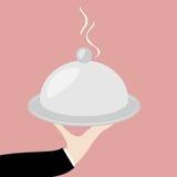 Mano del camarero con el plato Fotos de archivo