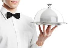 Mano del camarero con la tapa del cloche imágenes de archivo libres de regalías