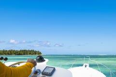 Mano del capitán en el volante del barco de motor en el océano azul durante el día de la industria pesquera Concepto de la pesca  fotos de archivo