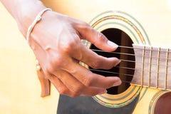 Mano del chitarrista che gioca chitarra acustica Fotografia Stock Libera da Diritti