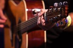 Mano del chitarrista con una chitarra classica 2. Immagini Stock