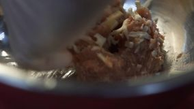 Mano del cocinero en carne picadita de mezcla del guante de goma con chees en cierre de aluminio profundo del cuenco para arriba  almacen de metraje de vídeo