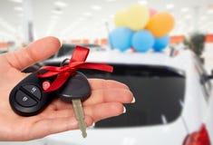Mano del commerciante con una chiave dell'automobile Fotografia Stock Libera da Diritti