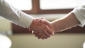 Mano del compañerismo que abrocha la confianza del éxito, concepto confiado o primer de los colegas de Hand Between Two del hombr almacen de metraje de vídeo
