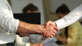 Mano del compañerismo que abrocha la confianza del éxito, concepto confiado o primer de los colegas de Hand Between Two del hombr almacen de video