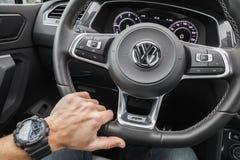 Mano del conductor de Volkswagen Tiguan Fotos de archivo
