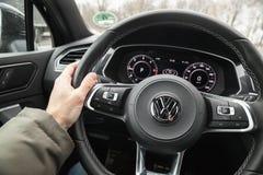 Mano del conductor en un volante Imagenes de archivo