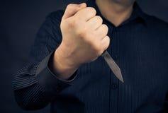 Mano del cuchillo del hombre Imágenes de archivo libres de regalías