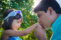 Mano del dauther del papá que se besa Imagen de archivo libre de regalías