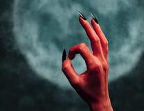 Mano del diavolo con l'APPROVAZIONE di gesto alla mezzanotte Fotografie Stock