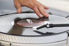 Mano del DJ che skratching musica hip-hop immagini stock libere da diritti