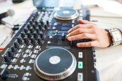 Mano del DJ sulle piattaforme Fotografie Stock
