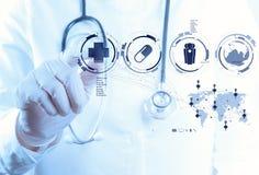 Mano del doctor de la medicina que trabaja con el interfaz moderno del ordenador imagenes de archivo