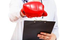 Mano del doctor en el guante de boxeo aislado Fotografía de archivo libre de regalías