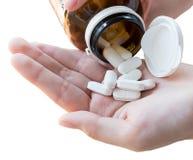 Mano del doctor que sostiene muchas píldoras y tabletas y medicina hacia fuera o Imagen de archivo libre de regalías