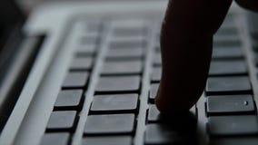 Mano del finger del teclado del ordenador portátil almacen de metraje de vídeo