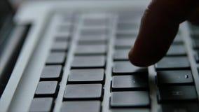 Mano del finger del teclado del ordenador portátil almacen de video