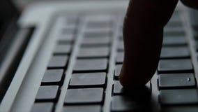 Mano del finger del teclado del ordenador portátil metrajes