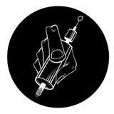 Mano del fondo del negro del artista del tatuaje Fotos de archivo libres de regalías