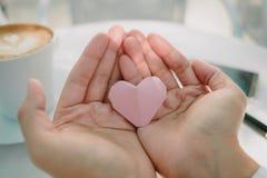 Mano del fondo di giorno di S. Valentino della giovane donna con cuore di carta I Fotografia Stock Libera da Diritti