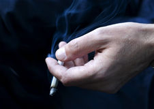 Mano del fumador Foto de archivo libre de regalías