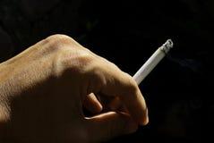 Mano del fumador imagen de archivo libre de regalías