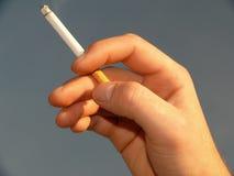 Mano del fumatore Fotografia Stock Libera da Diritti