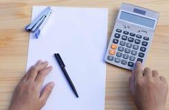 Mano del funzionamento degli uomini d'affari sul calcolatore Fotografia Stock