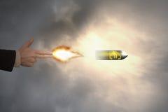 Mano del gesto del arma con la bala euro de la muestra del tiroteo de la luz de un fuego Imágenes de archivo libres de regalías