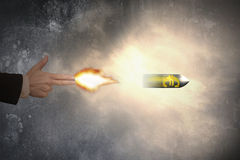 Mano del gesto del arma con la bala euro del símbolo del tiroteo de la luz de un fuego Fotos de archivo libres de regalías