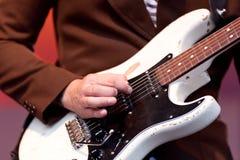 Mano del giocatore di chitarra fotografia stock