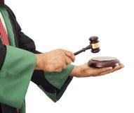 Mano del giudice che batte martelletto Fotografie Stock Libere da Diritti