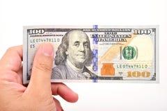 Mano del hombre con 100 billetes de dólar Foto de archivo libre de regalías