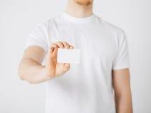 Mano del hombre con el papel en blanco Imagenes de archivo